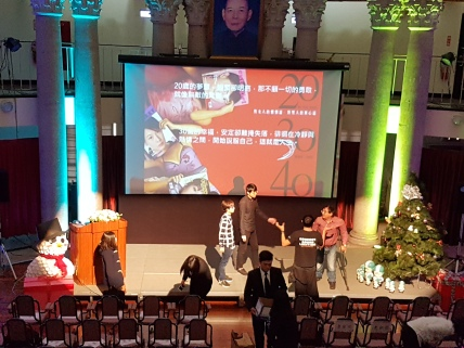 大同大學小朋友於論壇前忙著布置與演練,連左前方的雪人也是自己做的.