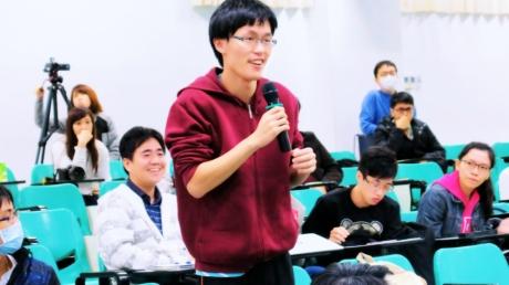 電子系三年級盧同學努力發問,內容與口條都相當不錯。
