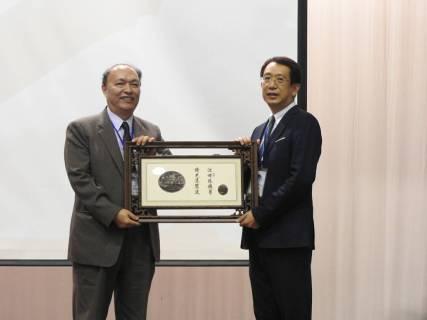 北商業大學張瑞雄校長(左一)代表大會頒發感謝狀